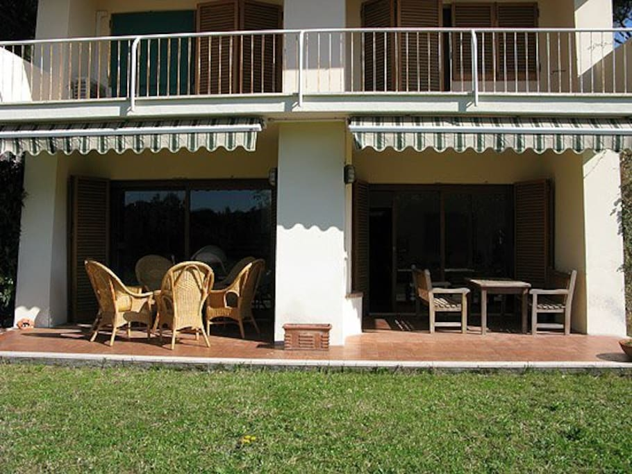 Terrazza con vista per due camere al primo piano. Terrazza doppia al giardino.