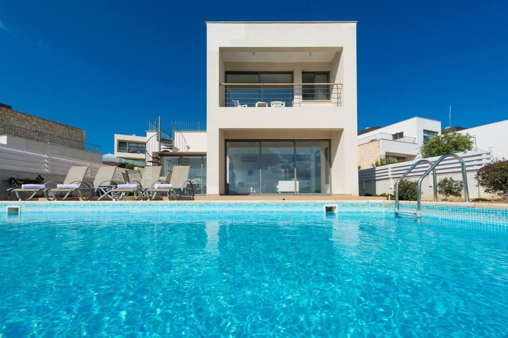 Villa clara fantastic sea views maisons louer poli for Campement a louer avec piscine
