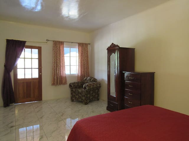 Jamaica 'Inn'ternational top floor bedroom - Old Harbour - 獨棟