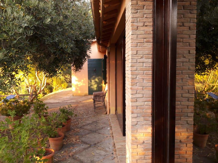 La terrazza dei gerani davanti al salone a vetrate scorrevoli