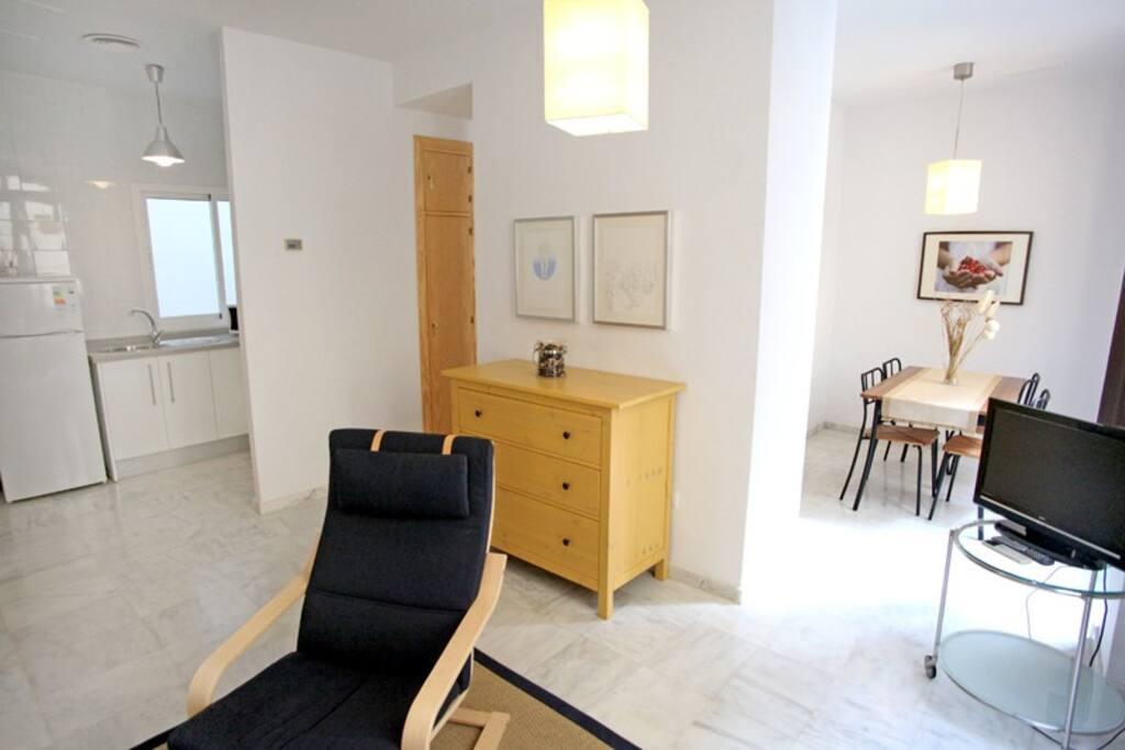 Vista general del apartamento tipo loft, con la cocina a la izquierda