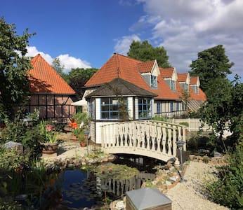 Idyllisk gammel bindingsværksgård - Juelsminde - Huis