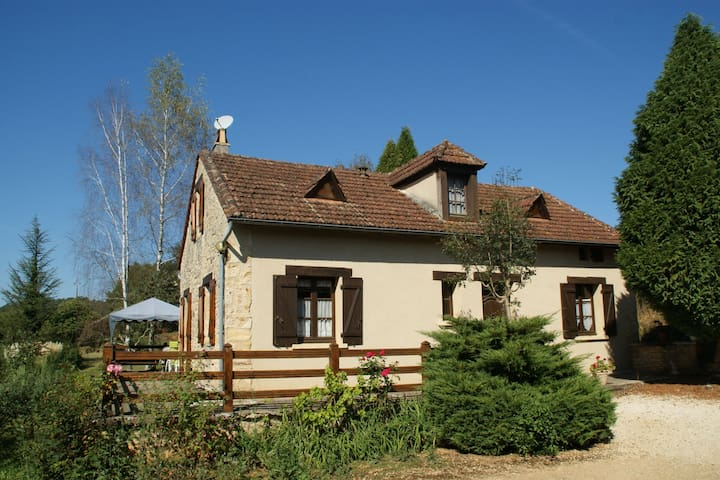 Superb Holiday Home in Prats-du-Périgord with Swimming Pool