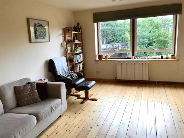 Large 2 bed flat with views over Hampstead Park