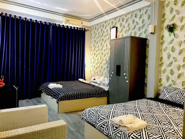 X2 ROOM (NICE STREET VIEW, 2 Queen beds, Bathroom)