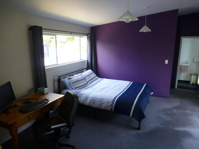 Queen bed and private bathroom in family home - Whanganui