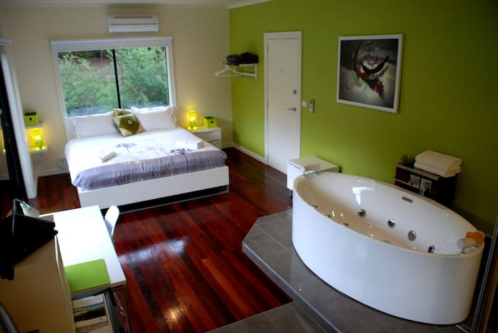 The Green Room With Spa & King Bed