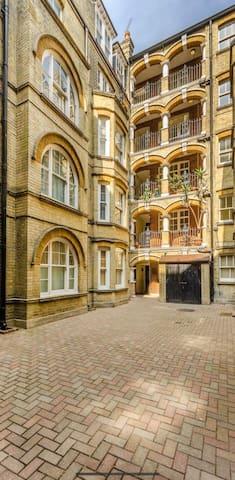 Beautiful London apartment next to tube station