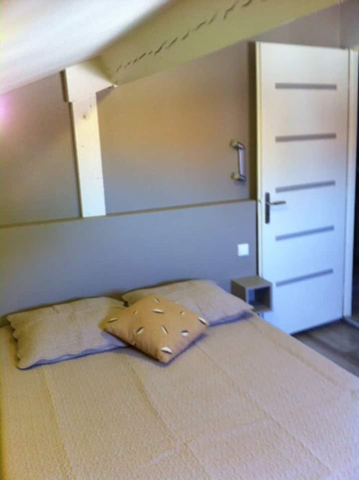 Chambre mansardée avec SB privative et petit salon