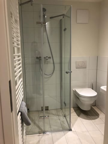 Ebenerdige Dusche, WC und Waschbecken