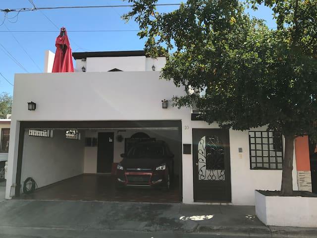 Casa grande y alberca a media cuadra de San José