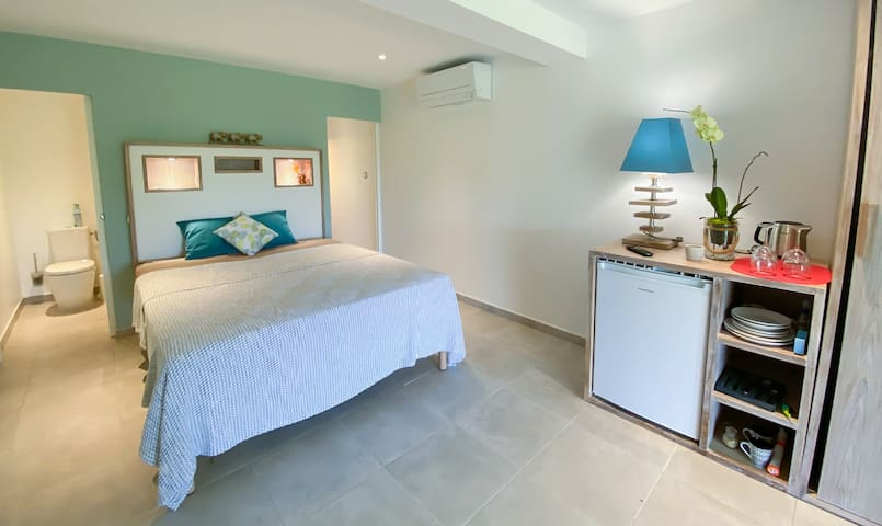 Chambre Ilet Oscar Chambre avec sa salle de bain et toilettes séparés, télévision connectée et climatisation