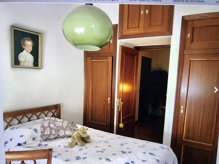 Private bedroom with ensuit bathroom in Pamplona