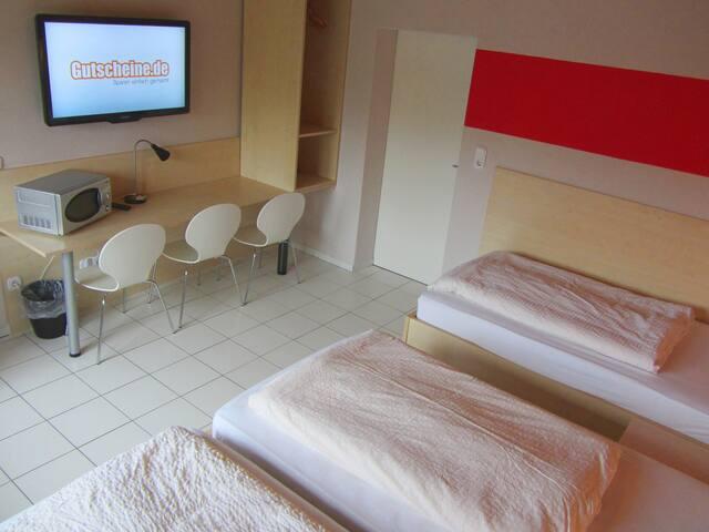 Modernes sauberes Dreibettzimmer - Lippstadt