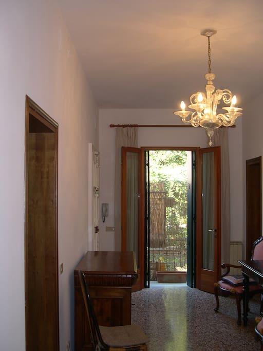 Entrance hall with the terrace at the end / Couloir d'entrée donnant sur la terrasse