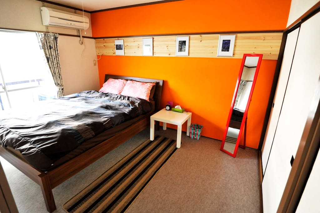 Private 2 bedroom apartment 3 minutes from Roppongi Itchome station. Large double sized bed with linens and towels