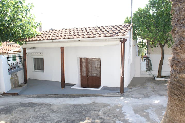 SMALL  CHEAP STUDIO IN CHALKIDIKI VILLAGE SΥKIΑ - Sikia - Haus