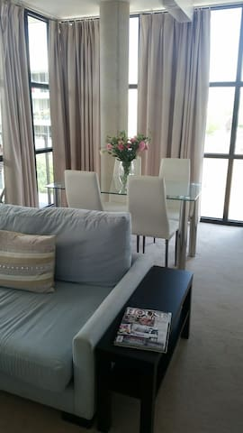 2br modern Aprt - perfect for Business or Pleasure - Kingston - Apartment