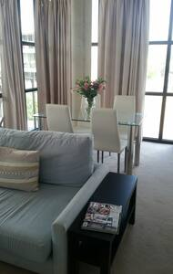 2br modern Aprt - perfect for Business or Pleasure - Kingston - Apartamento