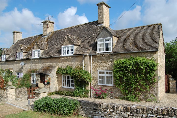 Cotswold English Country Cottage CAN STAY ISOLATED