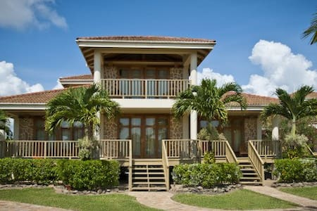 Hopkins Bay, 2-Bedroom Beach House - Stann Creek District - Casa