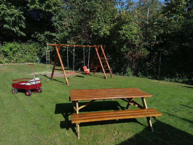 Een eigen speelveld voor de kinderen en een tafel om aan te picknicken!