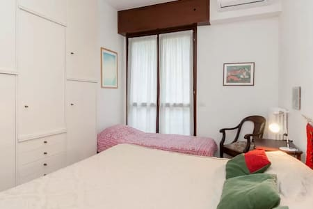 Nice and comfortable room in Isola - Apartment