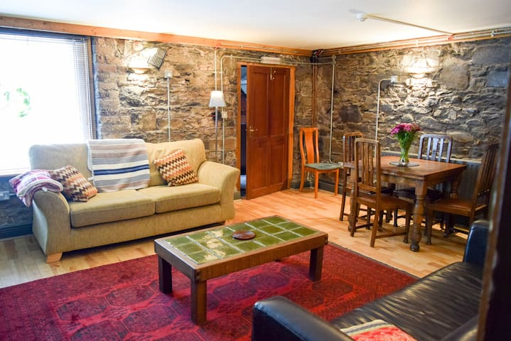 City Centre Rustic Apartment Sleeps 4