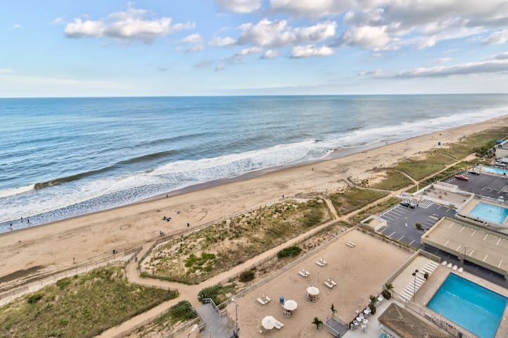 Updated oceanfront condo w/ pool, gym, game room, private beach access