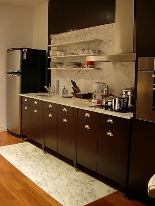 Cocina equipada con microhondas, cafetera, tostadora, heladera con freezzer