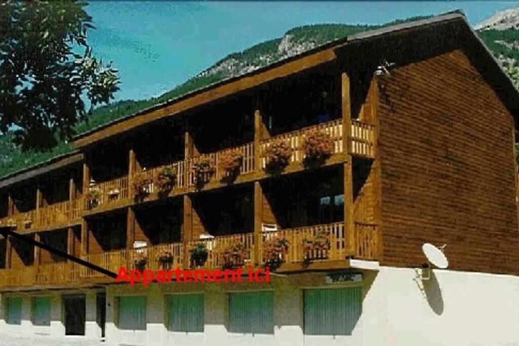 C'est la résidence. Il y a 2 balcons.