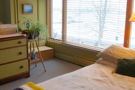 Private Room Overlooking Scenic Bay - Branford - Hus