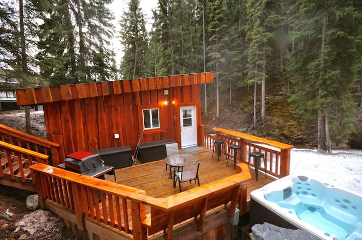 Golden Creekside Cabin- Private Hot Tub