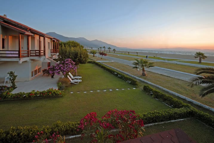 Beachfront Summer Home, 30-second Walk to the Sea