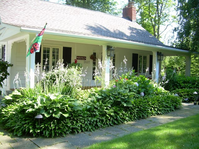 Strawberry Cottage - Willoughby Hills - Ev