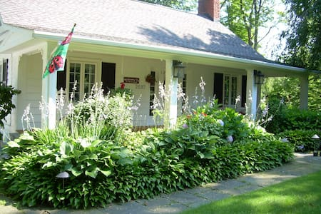 Strawberry Cottage - Willoughby Hills - Dom