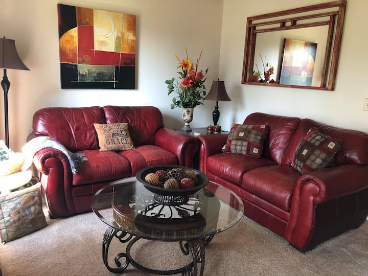 Classy and Comfy KING Condo on Golf Course w/Cable