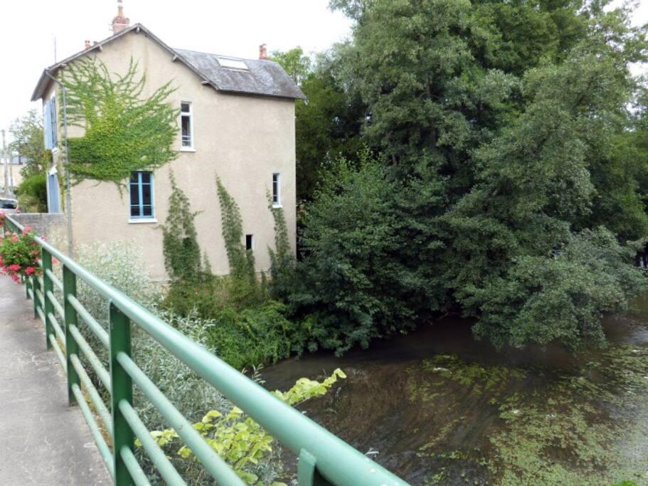 The house : view from the bridge / La maison vue du pont