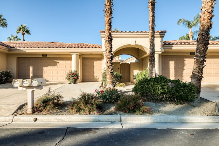 Charming golf-front home w/ shared pools, pool spas, tennis & mountain views