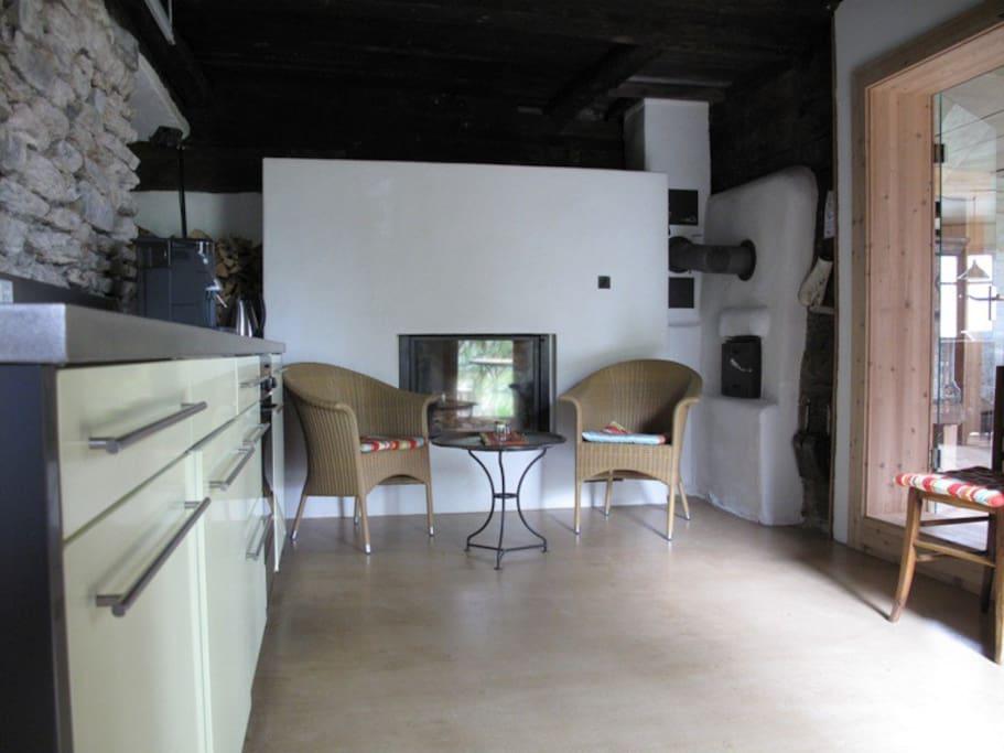 Küche mit Cheminée und Einfeuerstelle für Giltsteinofen