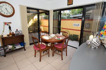 Modern townhouse close to Chermside Hub - Maison de ville