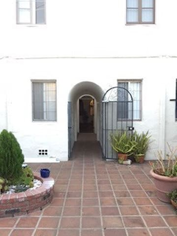 Westwood-UCLA-Bachelor Apartment