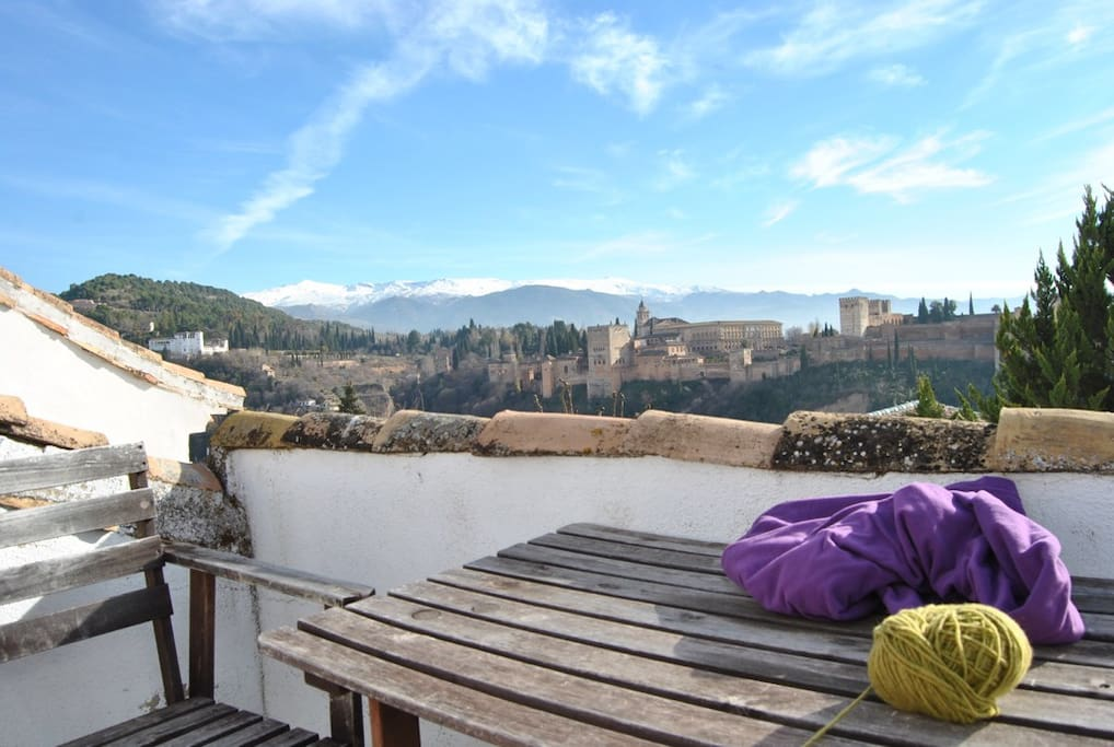 Enjoy the beautiful view to the Alhambra from our cozy roof-terrace! Our sunbathing area, with Wifi connection :)