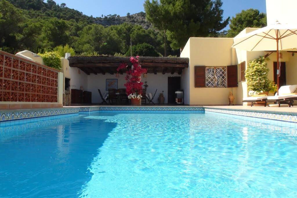La piscine avec de l'eau de source et vue panoramique