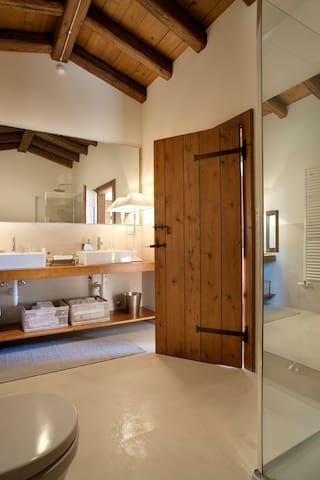 bagno prima camera- bathroom third room