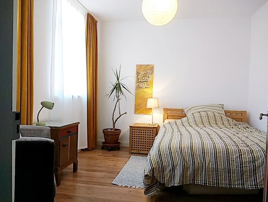 Zimmer EG links Bett 140cm