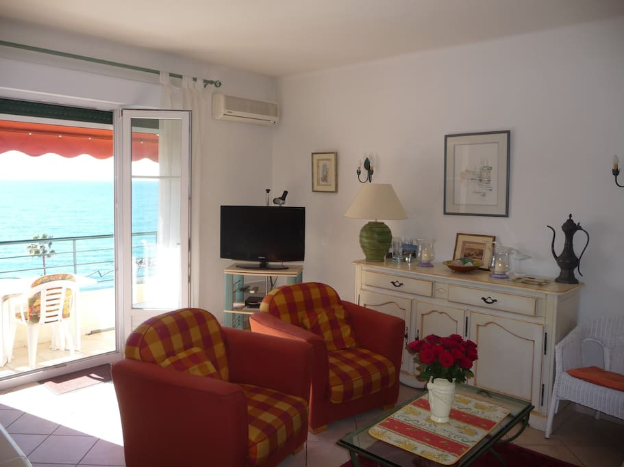 Séjour vue mer, climatisé avec télévision écran plat fauteuils confortables et grand canapé cuir