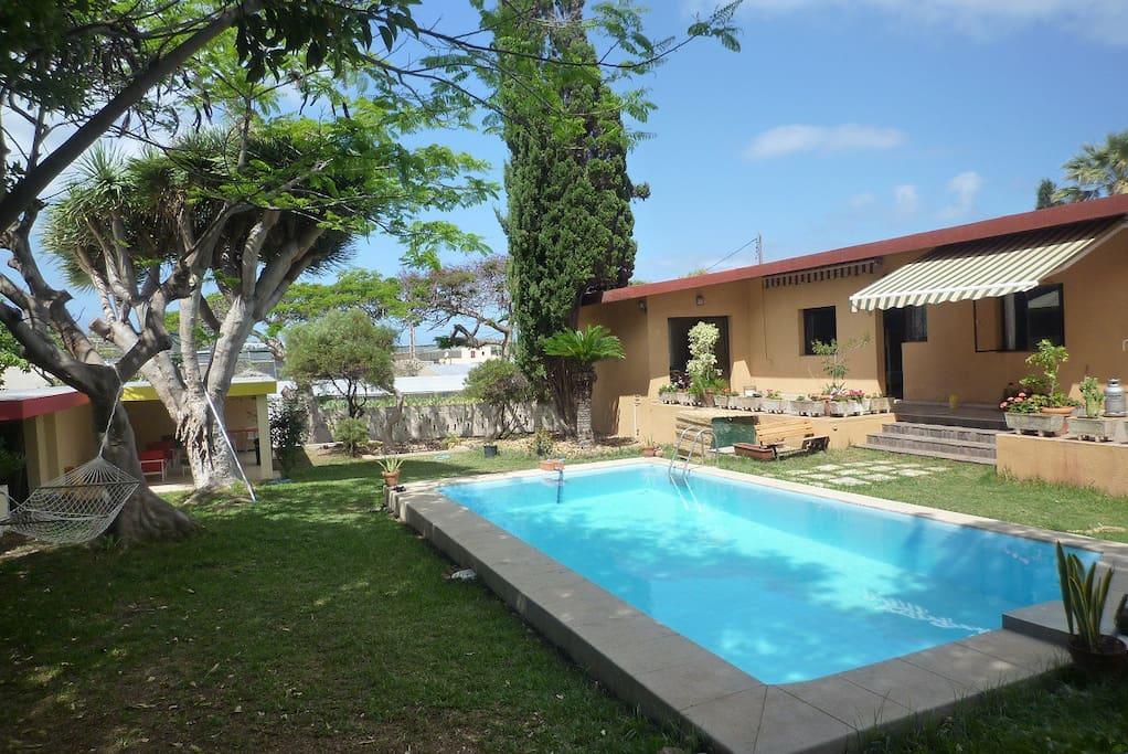 Jardín con piscina, zona chillout y barbacoa
