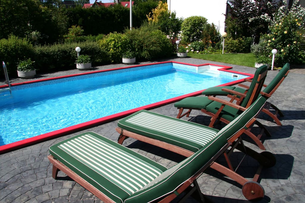 Heated swimming pool - private garden