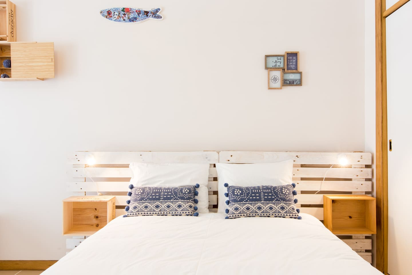 Confy bed with wood pallets and wine boxes